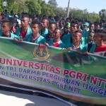 Aksi damai yang digelar civitas akdemika universitas PGRI Kupang di gedung DPRD NTT, Jumat 29 Mei 2015 (foto/andi)