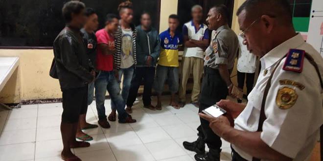 Kepala Seksi Pengawasan Umum Polres Kupang Kota - Jhon Blegur ditemani petugas Dinas Perhubungan Kota Kupang saat menasehati sejumlah tukang parkir ilegal di kantor Polres Kupang Kota (22/11/2018)