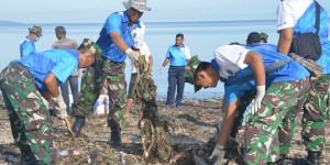 Dibawah Koordinator Danlantamal 7 Kupang, Anggota TNI Ikut Terlibat Dalam Aksi Bersih-Bersih Sampah di Pantai