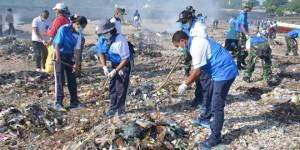 Sejumlah ASN Lingkup Provinsi Nusa Tenggara Timur Dibantu Pihak TNI Sedang Melakukan Bersih-Bersih Sampah