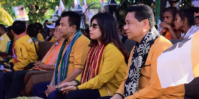 Ketua DPD NTT Partai Hanura - Drs. Refafi Gah, SH, M.Pd (Kanan), duduk bersama Caleg DPR RI Partai Hanura Dapil Dua NTT - Dewi Rahayu Sukmawati Gah (Tengah) dan Ketua DPC Partai Hanura KOta Kupang - Melkianus Balle (Kiri)