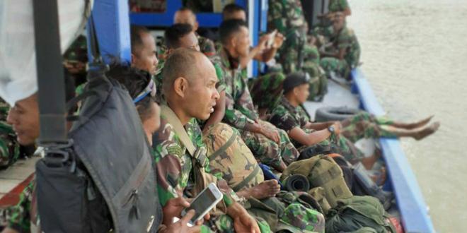 Personel Satgas TMMD ke-106 Dalam Perjalanan Menuju Lokasi TMMD Kampung Kogir Distrik Minyamur Kabupaten Mappi