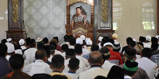 Kapolda Hamidin saat menyampaikan pesan-pesan Kamtibmas kepada jemaah Masjid Raya Ende