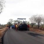 Pekerja saat melakukan pengaspalan pada Pembangunan Jalan Bokong-Lelogama