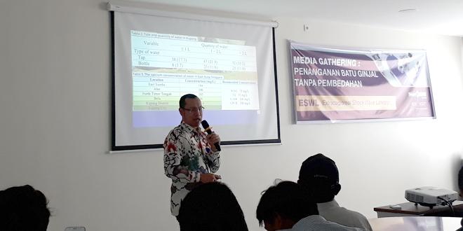 Dokter Spesialis Urologi di Rumah Sakit Siloam Kupang, dr. Eric Sibastian Hutauruk saat memberi penjelasan