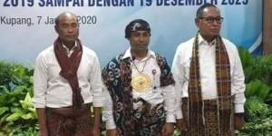 Foto Johanes Landu Praing (Tengah) Bersama Gubernur dan Wakil Gubernur NTT (Klik Untuk Perbesar Foto)