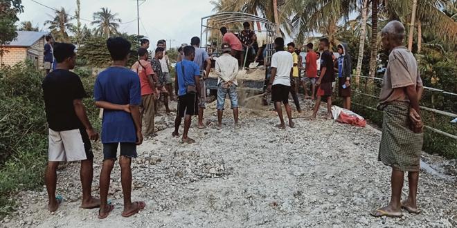 Sering Terjadi Kecelakaan, Warga Apren Swadaya Perbaiki Jalan Rusak